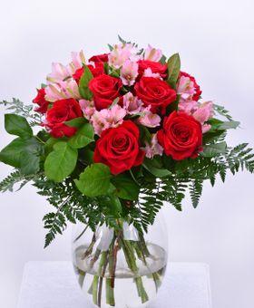 Kytica z ruží a alstromérií