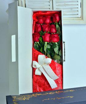 Biely kufrík ruží